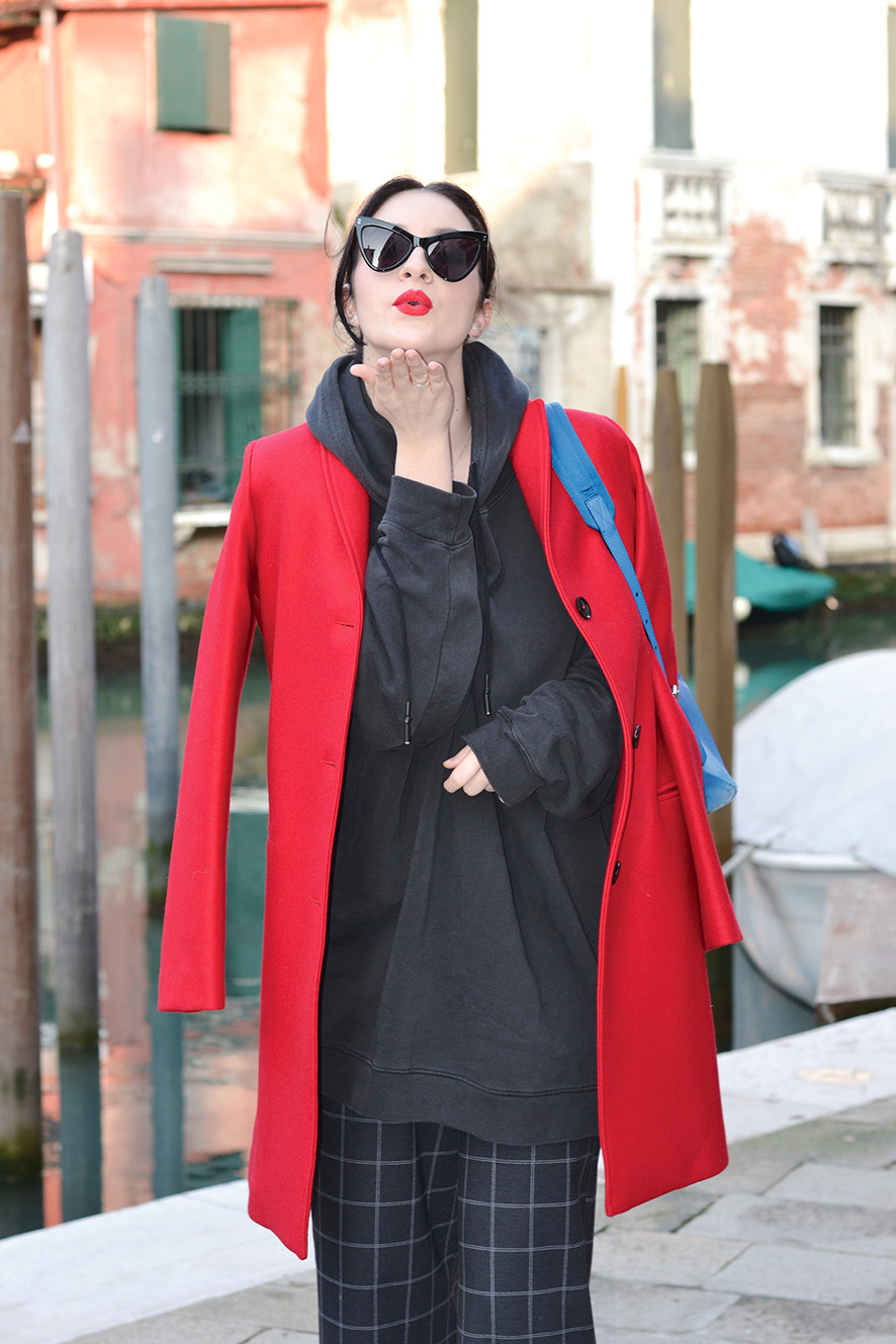 Cappotto e felpa, combinazione fatale